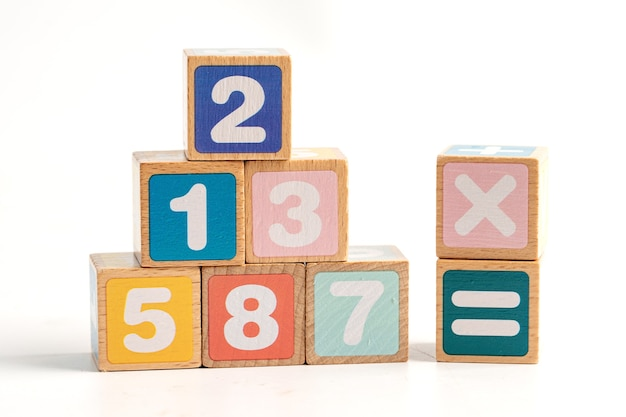 Número de matemática colorido sobre fundo branco, conceito de ensino de aprendizagem de matemática de estudo de educação.