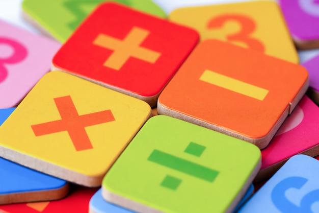 Número de matemática colorido sobre fundo branco: conceito de ensino de ensino aprendizagem de ensino