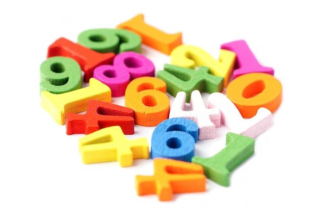 Número de matemática colorido sobre fundo branco.