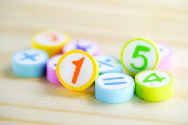 Número de matemática colorido sobre fundo de madeira: educação matemática aprendizagem