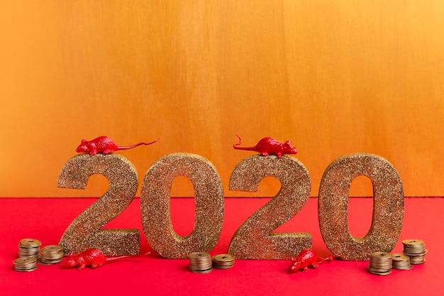 Número do ano novo chinês de ouro com estatuetas de rato e moedas