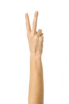 Número dois. mão de mulher gesticulando isolado no branco