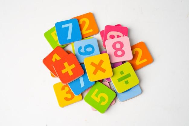 Número matemático colorido em branco