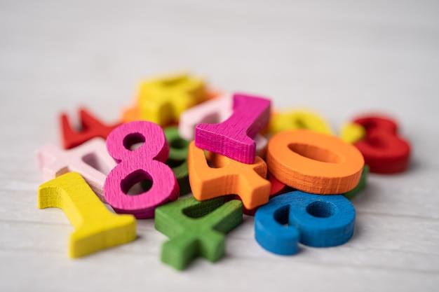 Número matemático colorido na mesa branca.