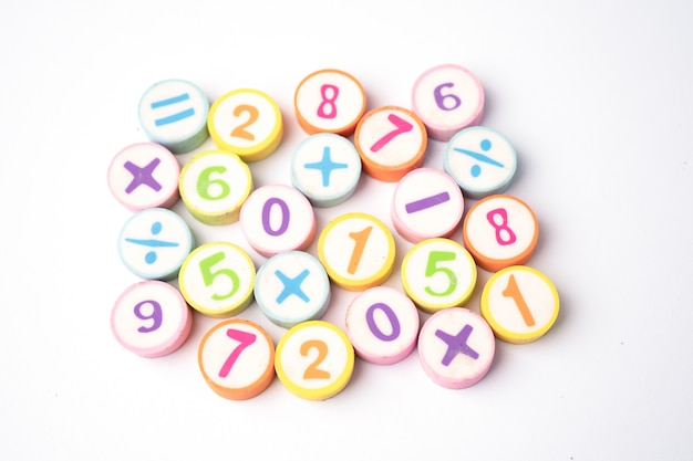 Número matemático colorido na mesa branca