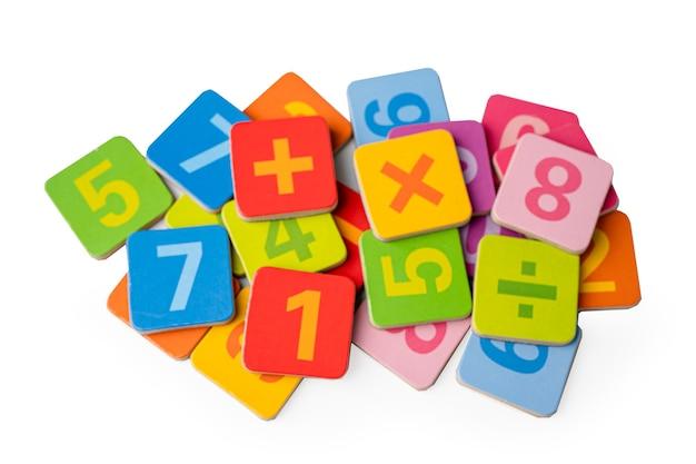 Número matemático colorido sobre fundo branco.