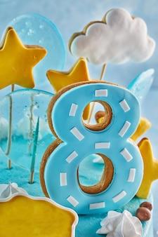 Número oito no bolo de aniversário
