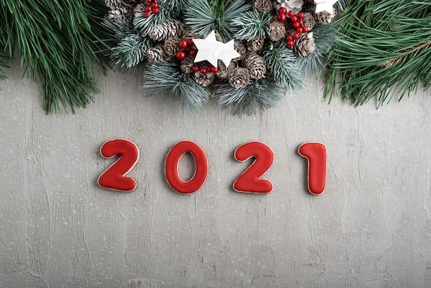 Número vermelho 2021 de gengibre e guirlanda de natal. bom espírito de ano novo.