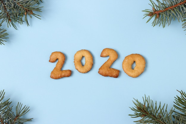 Números 2020 feliz natal de biscoitos de gengibre vista superior, fundo azul