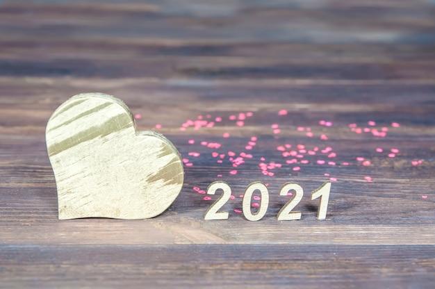 Números 2021 e um coração feito de madeira