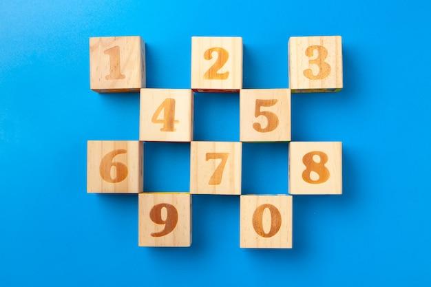 Números. blocos coloridos de madeira em azul