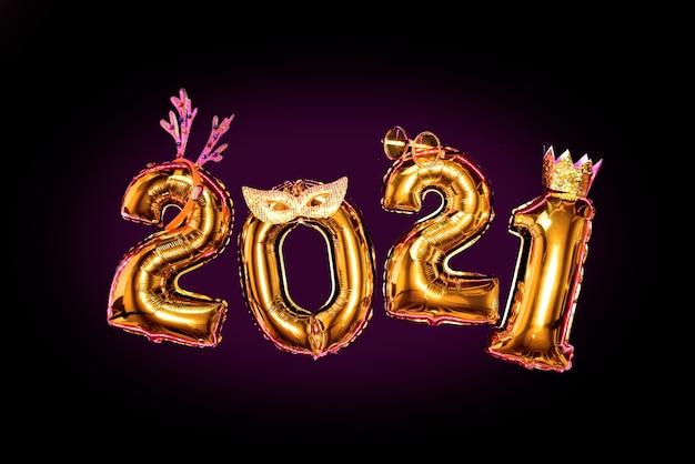 Números brilhantes de ouro 2021 em acessórios de carnaval, conceito de festa de ano novo