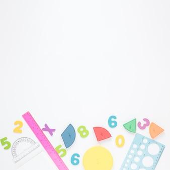 Números coloridos e artigos de papelaria em fundo branco, espaço de cópia