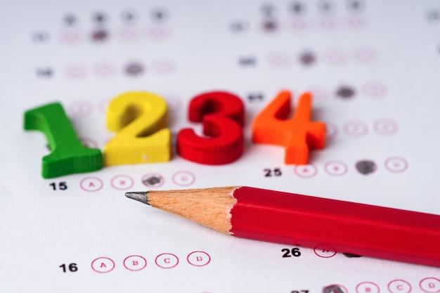 Números coloridos e lápis na folha de respostas