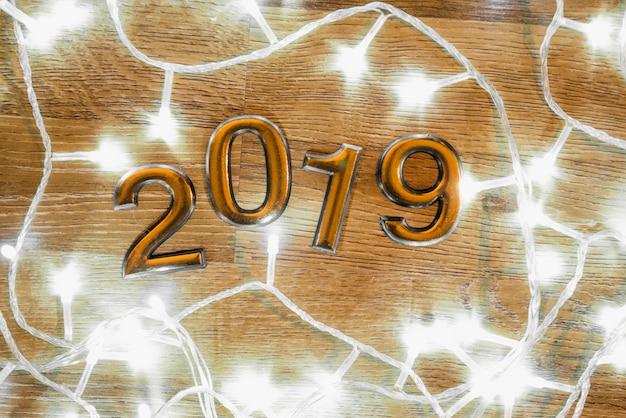 Números de 2019 entre luzes de fadas iluminadas