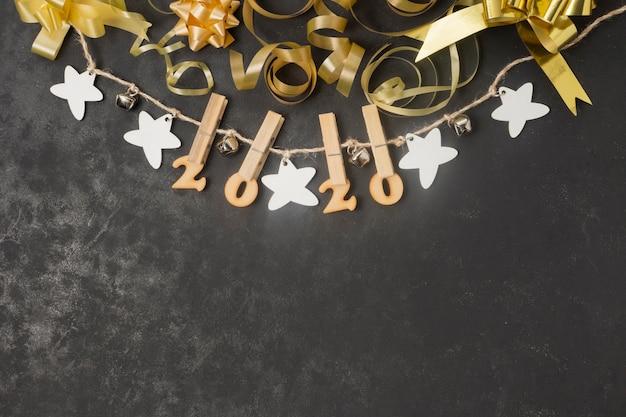 Números de ano novo em cordas apanhadas com ganchos