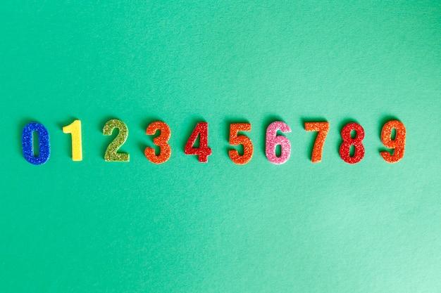 Números de brilho na horizontal. jardim de infância ou atividade escolar com números