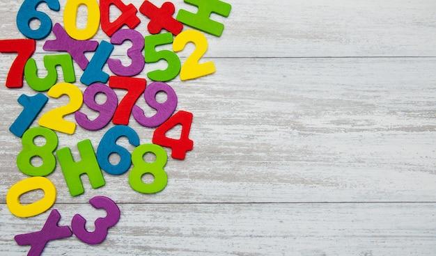 Números de madeira coloridos