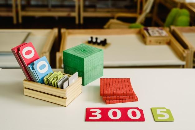 Números de madeira em tabelas para aprender matemática em uma sala de aula montessori