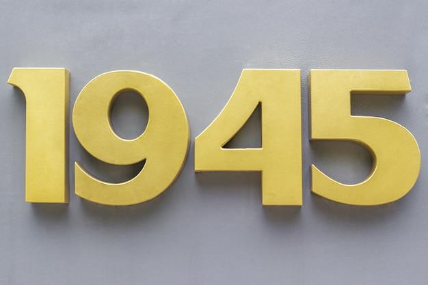 Números de metal em um fundo cinza