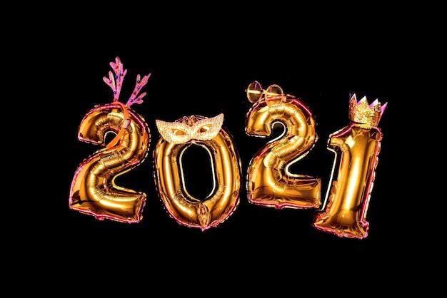 Números dourados em fundo preto em acessórios de carnaval, festa de ano novo