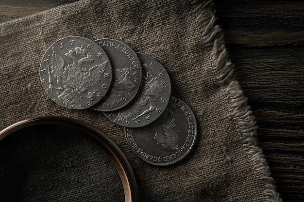 Numismática. velhas moedas colecionáveis de prata em cima da mesa. vista do topo.