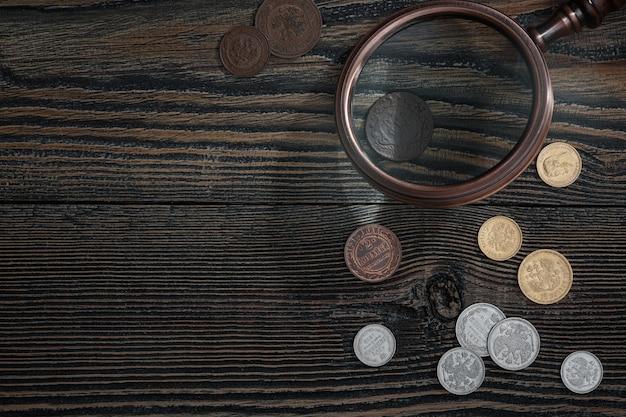 Numismática. velhas moedas colecionáveis de prata, ouro e cobre na mesa. vista do topo.