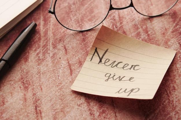 Nunca desista de palavras em notas adesivas na mesa