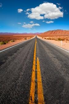Nunca terminando a estrada para o vale da morte na califórnia