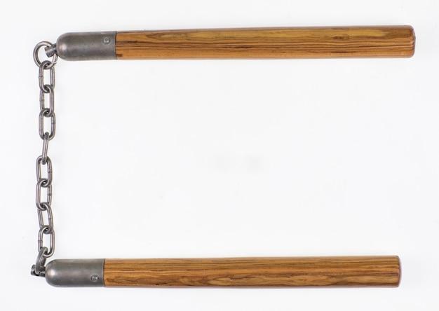 Nunchuck de madeira em fundo branco