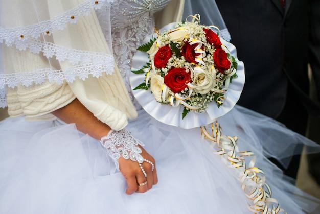 Nupcial buquê noiva e noivo no casamento ucraniano