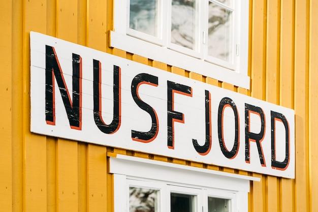 Nusfjord, noruega - 5 de janeiro de 2021: nusfjord assina uma casa amarela