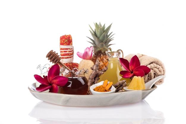 Nutre o cabelo e a pele com suco de abacaxi, mel e açafrão, isolado no fundo branco.