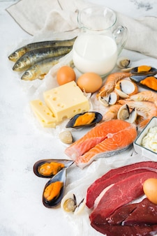 Nutrição de dieta equilibrada, conceito de alimentação saudável. fontes de alimentos ricos em vitamina b12, cobalamina na mesa da cozinha