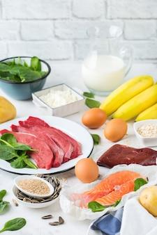 Nutrição de dieta equilibrada, conceito de alimentação saudável. fontes de alimentos ricos em vitamina b6, piridoxina na mesa da cozinha