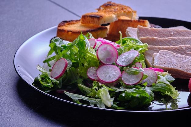Nutrição dietética. carne cozida com salada de rúcula e rabanete.
