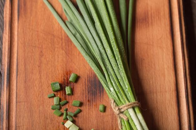 Nutrição dietética. preparação de salada com cebola verde.
