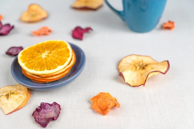 Nutrição orgânica de alimentos saudáveis. maçã fatiada e seca, laranja, cenoura e beterraba
