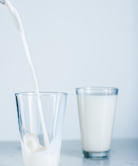 Nutrição saudável dos laticínios e conceito de café da manhã, dia mundial do leite servindo em vidro na mesa de mármore
