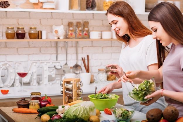 Nutrição saudável. estilo de vida vegano. jovens fêmeas cozinhando. variedade de frutas e vegetais.