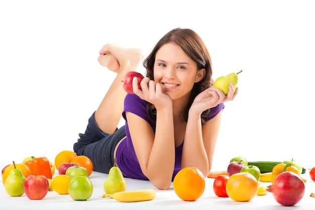 Nutrição saudável - jovem mulher com frutas