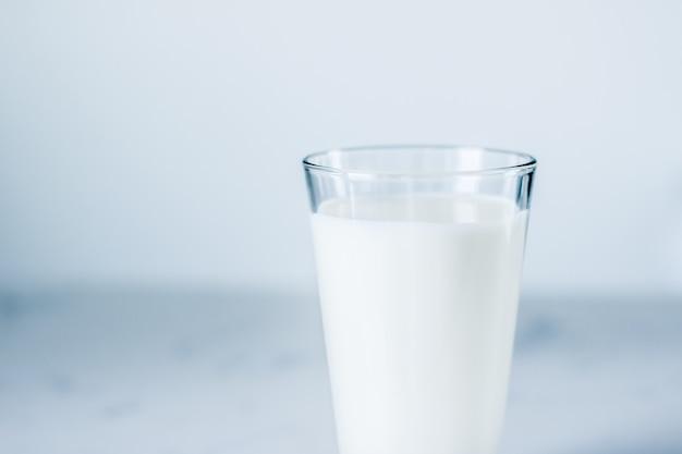 Nutrição saudável láctea e conceito de café da manhã, dia mundial do leite, copo cheio na mesa de mármore