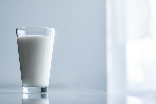 Nutrição saudável láctea e conceito de café da manhã dia mundial do leite, copo cheio na mesa de mármore