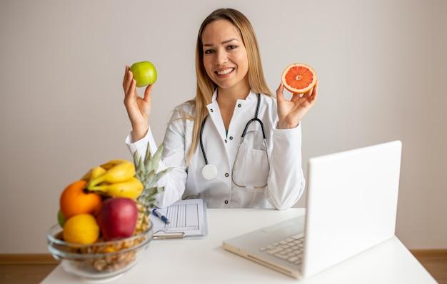 Nutricionista feminina com frutas