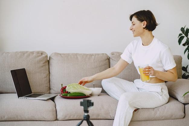 Nutricionista filma um tutorial de nutrição