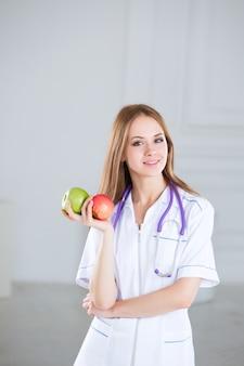 Nutricionista médica com maçãs