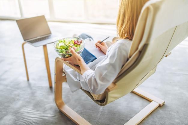Nutricionista médica realiza consulta online com laptop.