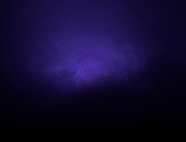 Nuvem abstrata de neblina roxa na escuridão