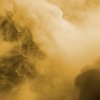 Nuvem abstrata entre neblina bege