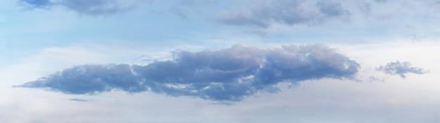 Nuvem azul escura no céu claro, panorama